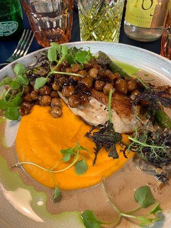 La Grande Georgette: Volaille, purée de carotte curcuma, poids chiches et sauce ????