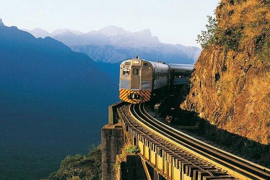 Trem turístico para Morretes saindo de Curitiba