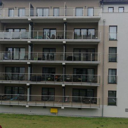 Sianozety, Polonia: Apartamenty pięć mórz Sianożęty. Fajna lokalizacja,blisko morza. Generalnie spokojnie zw. rozbiórki obecnie w sąsiedniej lokalizacji. Apartamenty prywatne, wynajmuję 3 ci raz ten sam,bo dobrze wyposażony,praktyczny i wygodny.