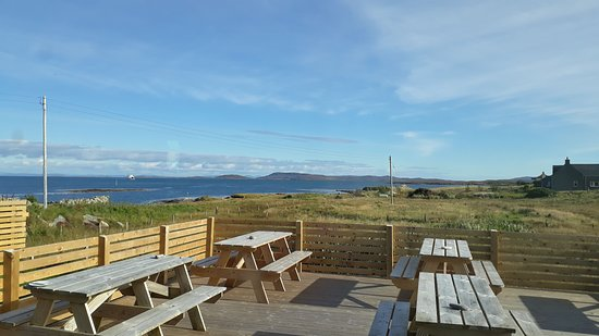 Isle of Berneray, UK: Bistro outdoor seating (can see the ferries arriving from here)
