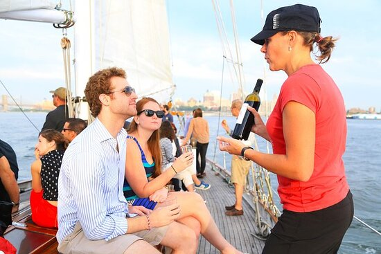 Foto New York Sailboat Cruise with Wine Cheese and Charcuterie