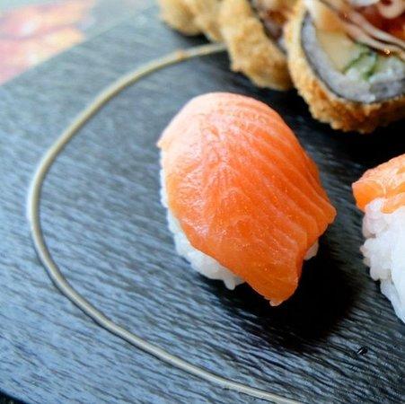 🍣🤩SIMPLE BUT TASTY🤩🍣 Ein herrlicher Genuss - unser simples, jedoch köstliches Nigiri mit frischem Fisch und Garnelen! Seid Ihr ein Fan von roh zubereitetem Fisch oder doch eher von gekochtem/gebratenem Fisch oder gar kein Fischfan?  Lasst es uns in den Kommentaren wissen! Wir sind für Euch da von: Mo – So: 11:00 – 14:30 Uhr & 16:30 – 21:00 Uhr