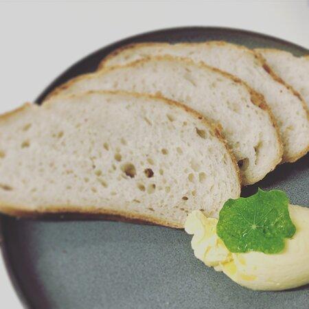 Paengaroa, Nueva Zelanda: House sourdough bread & smoked butter