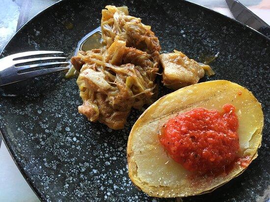Pomme de terre au four servi avec la brochette de poulet et porc aux endives.