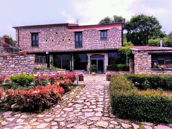 Trivigno, Olaszország: Vista del alojamiento en momento de caminata