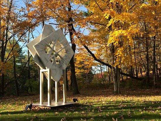 Wells, État de New York: Beautiful sculpture garden along the Sacandaga river.