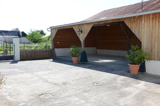 Brain-sur-Allonnes, France: Cour sécurisé et carport 3 voitures.
