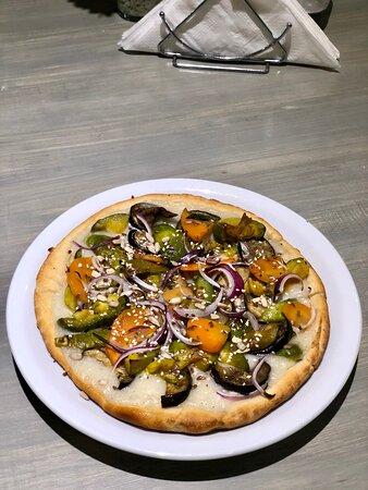 Pizza Campo! Pizza casera integral o blanca con salsa de queso y vegetales de estación asados al horno con lluvia de sésamo y girasol y un toque de oliva extra virgen!