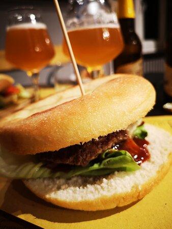 Focaccetta squisite farcite con hamburger