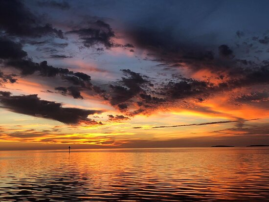 Homosassa, Floride : One of the most colorful and beautiful sunsets from a Sunset / Dolphin Cruise.