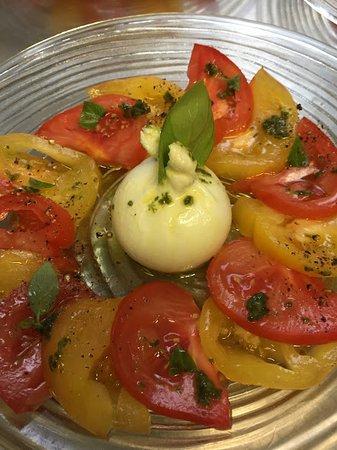 Eine herrliche Vorspeise in der Osteria Bordei. Insalata Caprese mit Burrata.