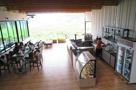 บริเวณพื้นที่ด้านหน้าทางเข้าห้องอาหาร จะมี มุมเบเกอรี่ และ เครื่องดื่ม คอยให้บริการ ครับ