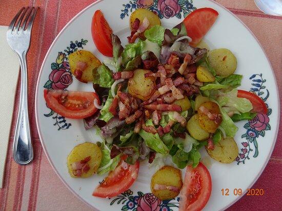 Le Lude, Ranska: salade aux lardons