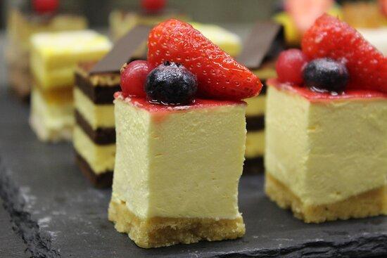 Pasticceria Crem Caffè: Mignon, cheese cake ai frutti rossi