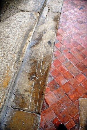 Champeaux, Frankreich: Dalle gravée d'une épé mérovingienne, réemployée en marche d'accès après avoir été retaillée.