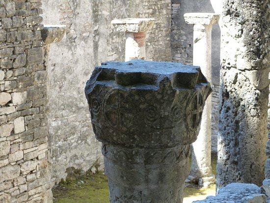 Brijuni, Horvátország: detail on a church pillar