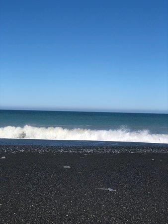Clarence, New Zealand: زرنا شاطئ كلارنس في الجزيرة الجنوبية واستمتعنا بقضاء وقت جميل في رماله العجيبة ذات اللون الأسود الفاحم والناعمة وأمواجه العاتية وسماءه الزرقاء الصافية سبحان الخالق فيما ابدع وصور