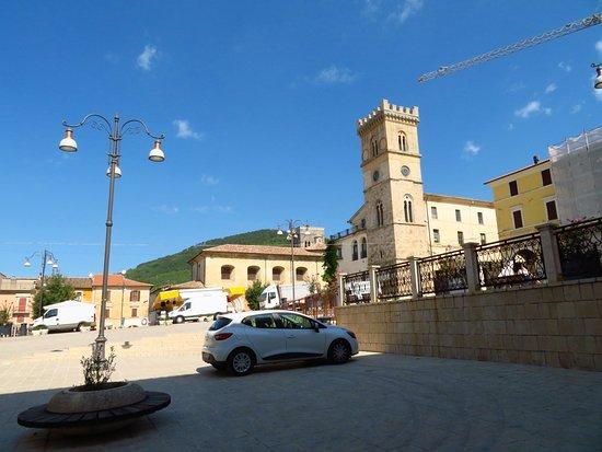 piazza del Popolo vista dall'angolo sud-occidentale: oltre la torre Civica, alla sua sx, si intravede il basso campanile di Sant'Agostino