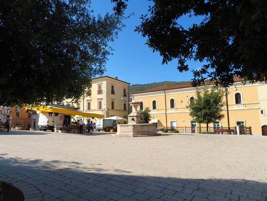 la fontana ottagonale della piazza