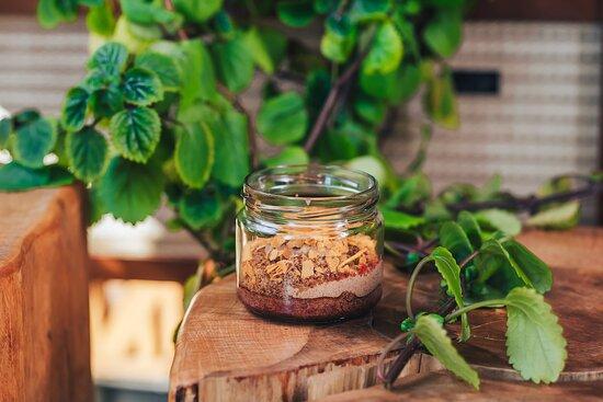 """Десерт """"Черный лес"""" - шоколадный бисквит, пропитанный вишневым сиропом, шоколадный же крем и вишня, посыпанные вафельной крошкой."""