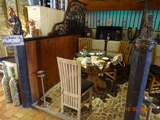 Eyguières, France: un des trois box intérieurs dans la salle