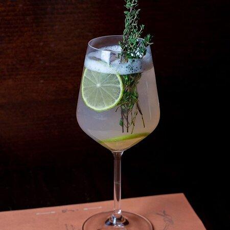 Das Wetter enttäuscht uns auch dieses Wochenende wieder nicht. Unsere erfrischenden Drinks auch nicht!  Genießt euren Samstag bei uns mit kühlen Getränken und euren individuell zusammengestellten Lieblingsgerichten.  Wer stößt hier später mit unserem Lilly aus Holunderblütensirup, Vodka, Zironensaft, Lime Juiice und eisgekühltem Frizzante an?