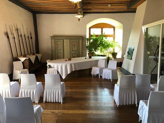 Wasserschloss Hagenwil Restaurant: Der Rittersaal, vorbereitet für eine Trauung.