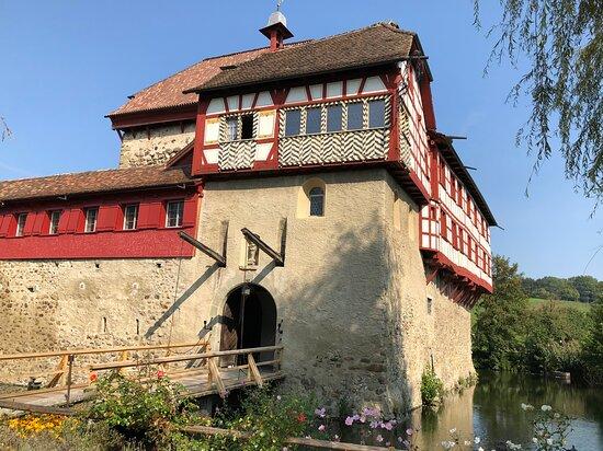 Wasserschloss Hagenwil Restaurant: Das Schloss.