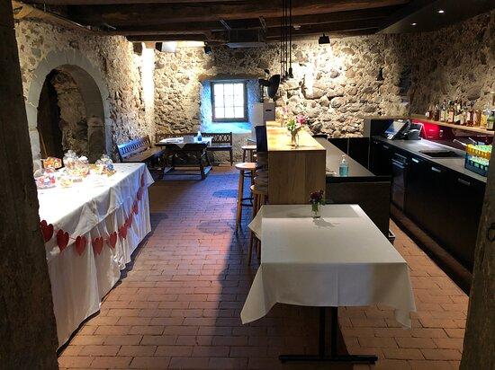 Wasserschloss Hagenwil Restaurant: Schlosskeller mit Bar.