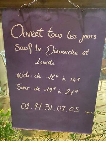 Locmaria, Francie: Coquilles farcies, st jacques à la bretonne, brochette d'encornets, sardines grillées, la carte entière et, oui, c'est ouvert en Septembre 2020 :)