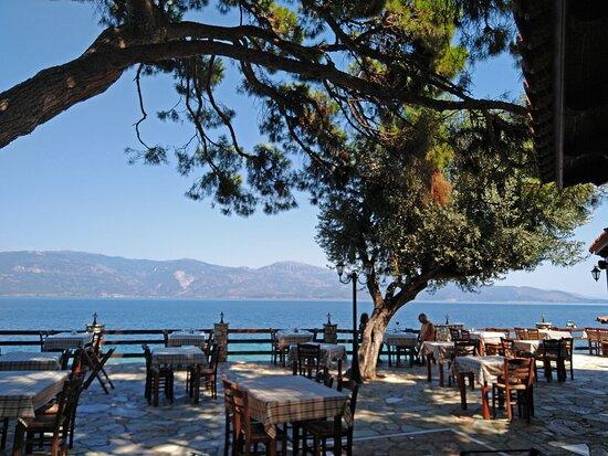 Lampiri, Greece: era di lunedì, eravamo solo noi, verso le 15,00 si è presentata una famiglia francese