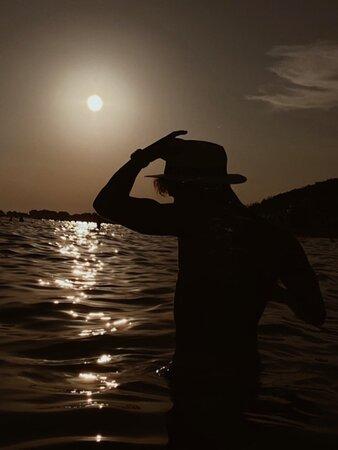 Vogliamo parlare del senso di libertà che si prova a fare il bagno al tramonto a Punta Prosciutto, con la musica alta del Samanà Beach che scaccia via ogni pensiero?  #ProudItalian 🇮🇹