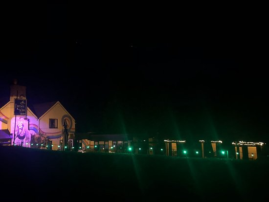 The Farmers Boy Pub and Restaurant: The Farmer's Boy Inn at night