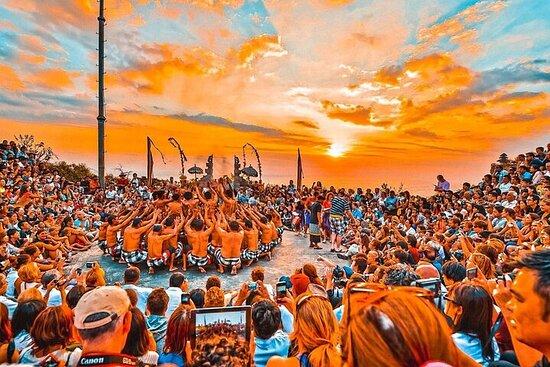 Pôr do sol no templo de Uluwatu, dança...