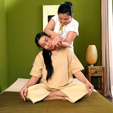 Trencin, Slovačka: Tradičná thajská masáž, strečing krku ašije