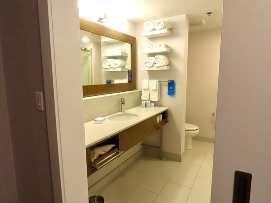 St. Paul, Kanada: room type; King with sofa, bathroom mirror did not steam up - yeah!