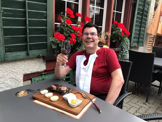 Flurlingen, Švajcarska: Essen im schönen und gemütlichen Garten ist immer sehr schön!