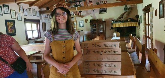 Gracisce, Hrvatska: Onverwacht gestopt aan Vina Bazon en een heel aangename wijnproeverij aangeboden gekregen, voor ons alleen. Lekkere istrische wijnen te koop als Malvazija en Teran. Een aanrader.