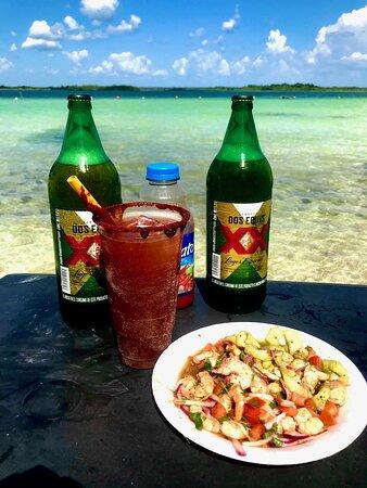 Disfruta de un delicioso ceviche acompañado de un exquisita michelada durante nuestro recorrido visitando las mejores playas de bacalar.