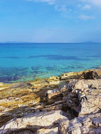 La spiaggia più bella nella parte meridionale della penisola istriana con una bellissima acqua turchese smeraldo cristallina. È stato un vero piacere immergersi in un ambiente così magicamente bello. La strada per la spiaggia parte da Lisignano, ed è un po 'disordinata ma non importa, ne vale la pena.  Il luogo è perfetto per riposarsi e rilassarsi e la vista sulle isole è mozzafiato.  Non ci sono molti bagnanti e tutto è ordinato e pulito. Natura incontaminata. Spiaggia di Pallera, Liznjan