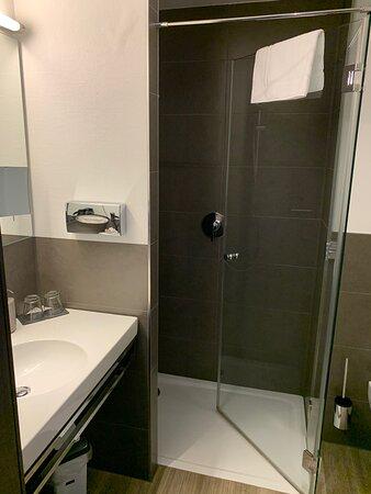 Strullendorf, Tyskland: Hotelzimmer total schön, sauber und ruhig; lecker Zwetschgenbammes und g'rupften mit Bauernbrot.