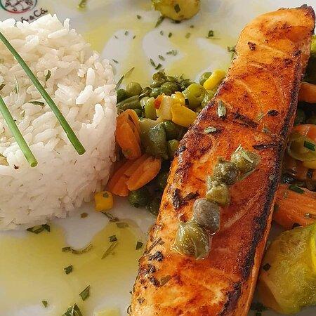 Salmão com legumes salteados e arroz.