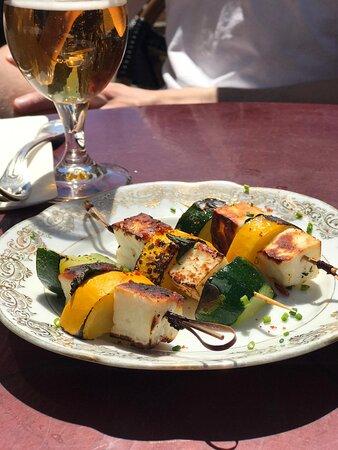 Brochettes Halloumi, courgette jaune et verte, menthe fraîche au saté.