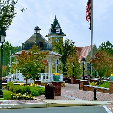 Ligonier, PA: The Diamond park in the center of the roundabout