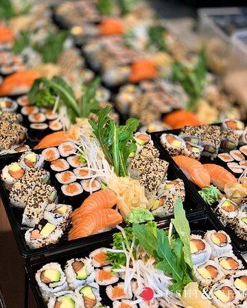 🍣➡️SUSHI TAKEAWAY➡️🍣 Ihr habt momentan nicht viel Zeit oder Lust zum Kochen? Dann bestellt jetzt bei Sushi und Nem auf unserer Website www.sushiundnem.de frisches und köstliches Sushi zum Mitnehmen! Zusätzlich gibt es von uns für Euch zur Selbstabholung 𝟏𝟎% 𝐑𝐚𝐛𝐚𝐭𝐭! Lasst es Euch schmecken!😋 Wir sind für Euch täglich da von: Mo – So: 11:00 – 14:30 Uhr & 16:30 – 21:00 Uhr