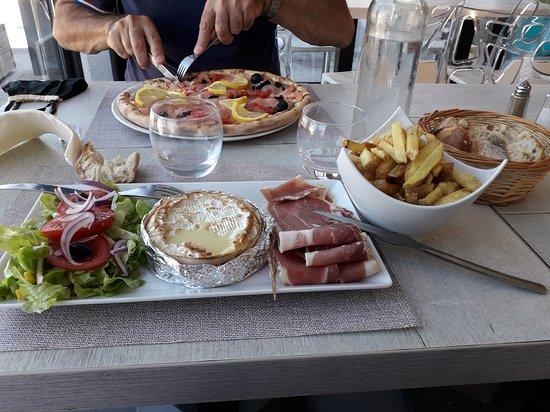 Pollestres, France: Pizza norvégienne et salade norvegienne