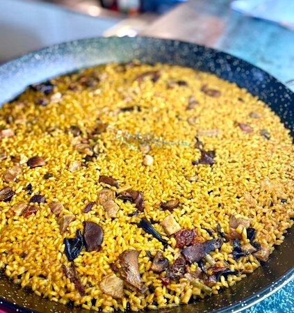 Arroz de secreto ibérico: con ajos tiernos y setas de temporada