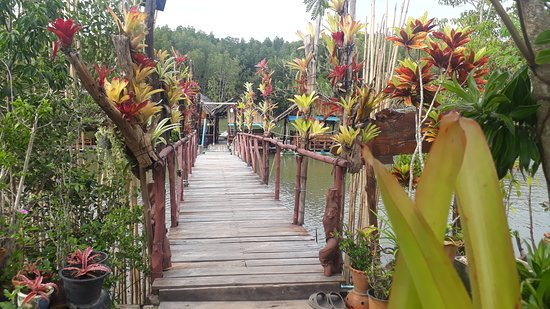 Khlong Prasong, Thailand: Flower bridge