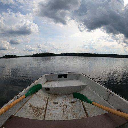 Przhevalskoye, روسيا: Работает прокат лодок. 350 рублей - 1 час. Можно доплыть до тех островов или прогуляться вдоль берега
