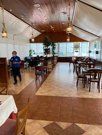 Los Angeles de San Rafael, ספרד: Restaurante el Galeón, zona el galeote, ideal para tomar un buen brunch, desayuno o aperitivo, con vistas al lago